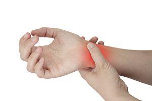 articulația de pe deget este umflată și dureroasă