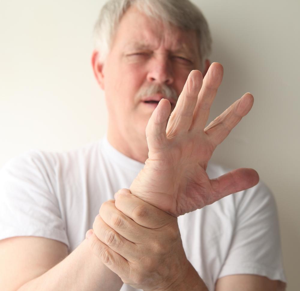 când degetele sunt îndoite, articulațiile doare